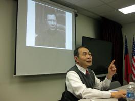 沈寧在美南作協演講,背景照片為其外公陶希聖 (陳瑞琳/攝影)