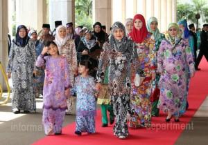 汶萊王后率領大、小公主接見臣民