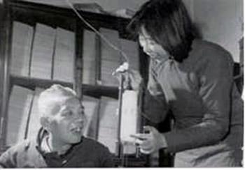 1960-1961年張明明從大學回家,把自做的燈具給父親看,他露出難得的笑容.