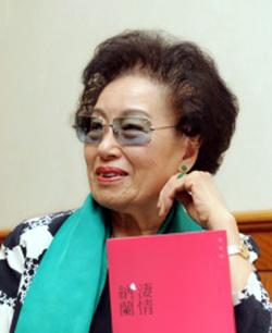 趙淑俠為長篇小說「淒情納蘭」舉辦簽書會。(記者許振輝/攝影)