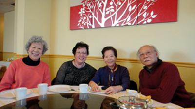 與鄭義(右)、張明明(左一)和韓秀(左二)聚餐。