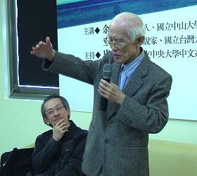 余光中與王文興在紀州庵對談林海音。(陳智晟攝影)