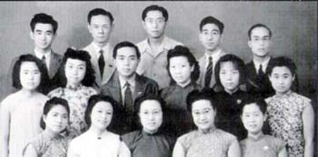 中央大學英文系畢業合影﹐中排左一是馬仰蘭﹐左二是母親﹐後排左二是父親﹐左三是朱立民。