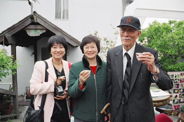 2004年牡丹詩會於蔣雲仲劉惠如的雙修園中 左起: 潘郁琦, 喻麗清, 紀弦