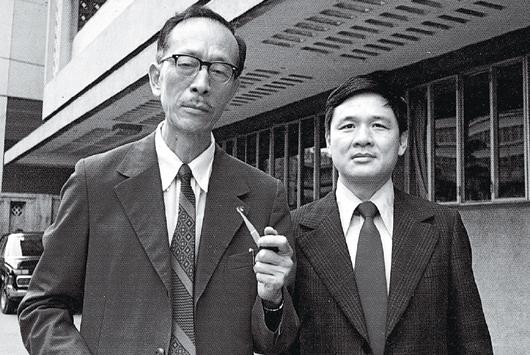 1968年,紀弦(左)與瘂弦合影,謂之「二弦」,攝影者為林海音。