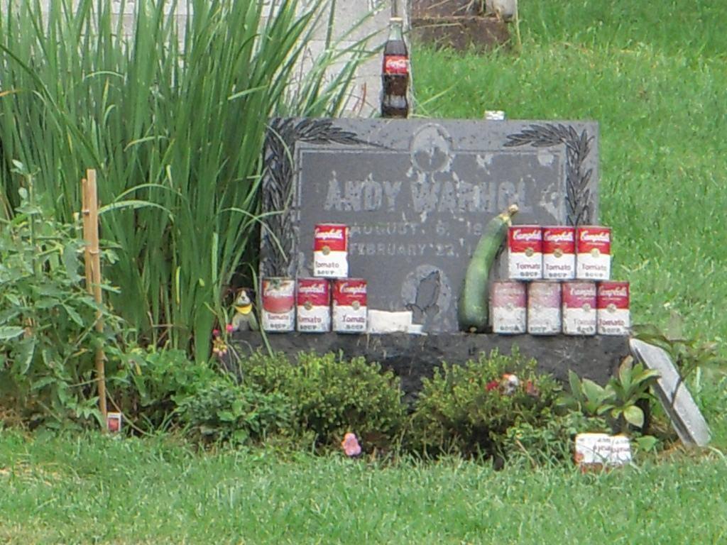 安迪‧沃荷的粉絲常帶康寶湯罐和可樂到他的墓地憑弔