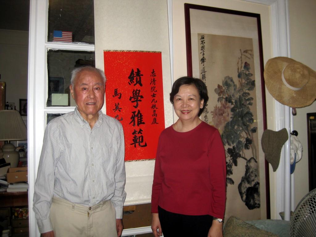 2011年9月作者再訪夏府,與夏教授合影.