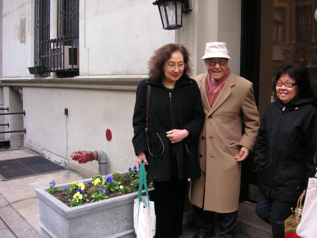 2006年3月底,孫康宜教授拜訪夏先生和夫人王洞,在纽约公寓前留影。(孫康宜提供)