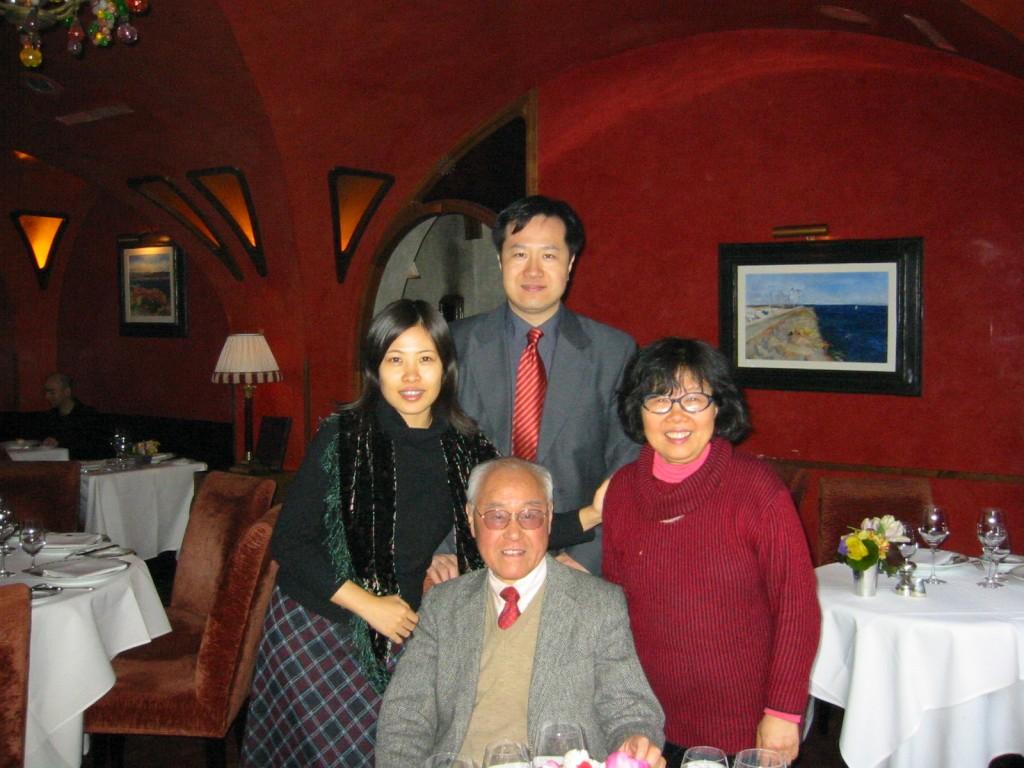 2003年2月, 老師(前排),夏夫人王洞(右一),宋偉杰(左二),王曉珏(左一),於紐約曼哈頓Bouley Restaurant。(宋偉杰提供)