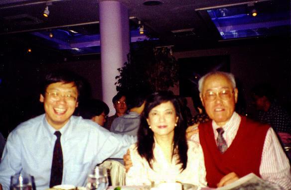 1996.5.1 應王德威之邀(左),在哥大召集的國際文學大會晚宴與夏先生同座歡敘。(張鳳提供)