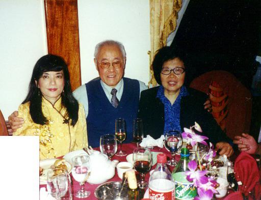 2000.10.20 張鳳與夏教授,師母在紐約李又寧召開的[華族對美國的貢獻]國際大會。(張鳳提供)