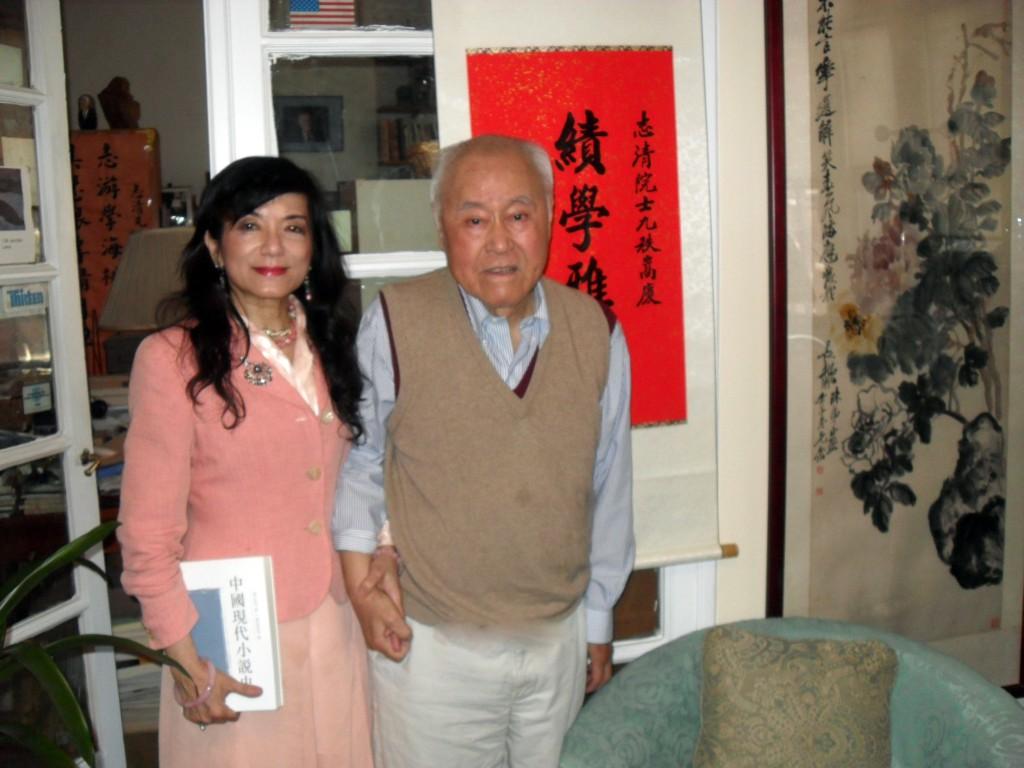 2012.5.13張鳳與夏師最後一張合影,背後是馬英九總統為夏教授九秩華誕所贈賀聯。(張鳳提供)