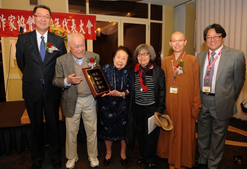 2012年北美作協大會開幕式中,夏教授代表大会致贈紀念牌给協會榮譽永久會長馬克任先生,由馬夫人劉晴女士接受。(右一)為作者。(趙俊邁提供)