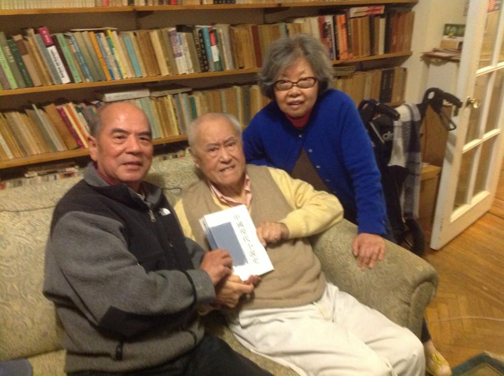 (左起)作者梅振才、夏志清教授夫婦  (2013年10月10日於夏府