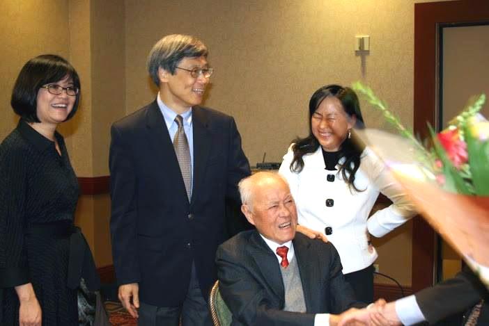 大會代表向夏教授獻献花, (左2)王德威教授,(右1) 劉劍梅教授。(攝影:吳盛青教授)