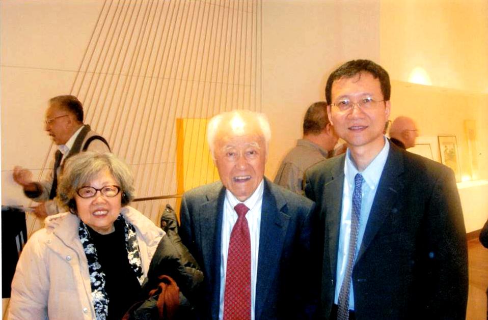 (左起)王洞、夏志清、鄭達攝于2010年4月27日蔣彝傳記新書發布會。(鄭達提供)