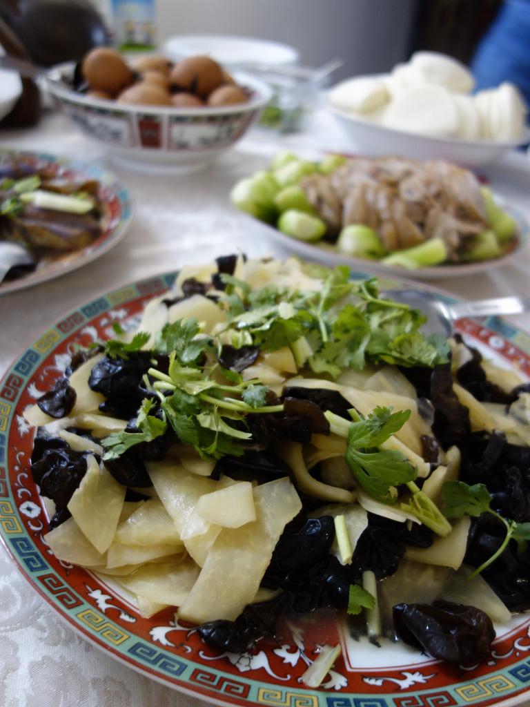 鼎公夫人創意菜 涼拌木耳青木瓜(前),紅燒蹄膀做割包(後右)、有機高山茶煮茶葉蛋(後左),處處見巧思。