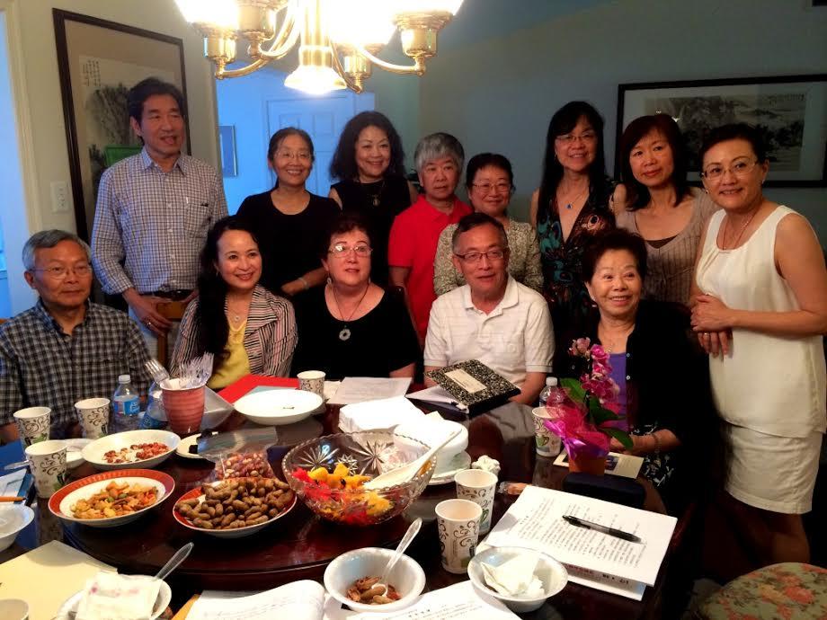 寫作工坊授課老師於梨華、張郎郎、韓秀(前排自右而左)與丁中德(前左一),新任會長龔則韞(前左二)。