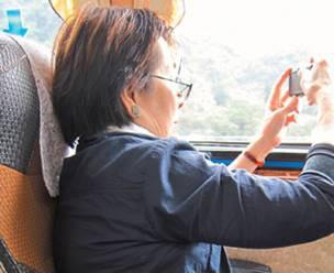 李渝專心看景拍照,不知道自己的身影也被捕捉。 張讓提供