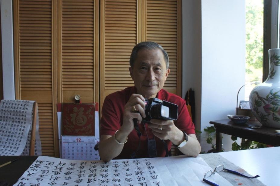 劉榮黔先生和他最心愛的德產照相機 (胡憲 攝影)