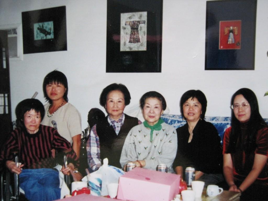黃美之(左三),老牌影星歐陽沙菲(左四),作者王育梅 (左五),詩人小秋(左六),1999年十月攝於作者家