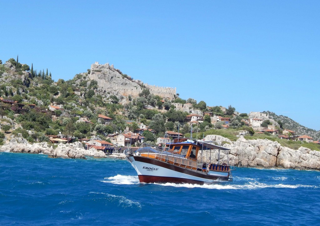 震垮的漁港剩古城老樹紅瓦房,與地中海交織出岸邊一抹綠松的美藍。