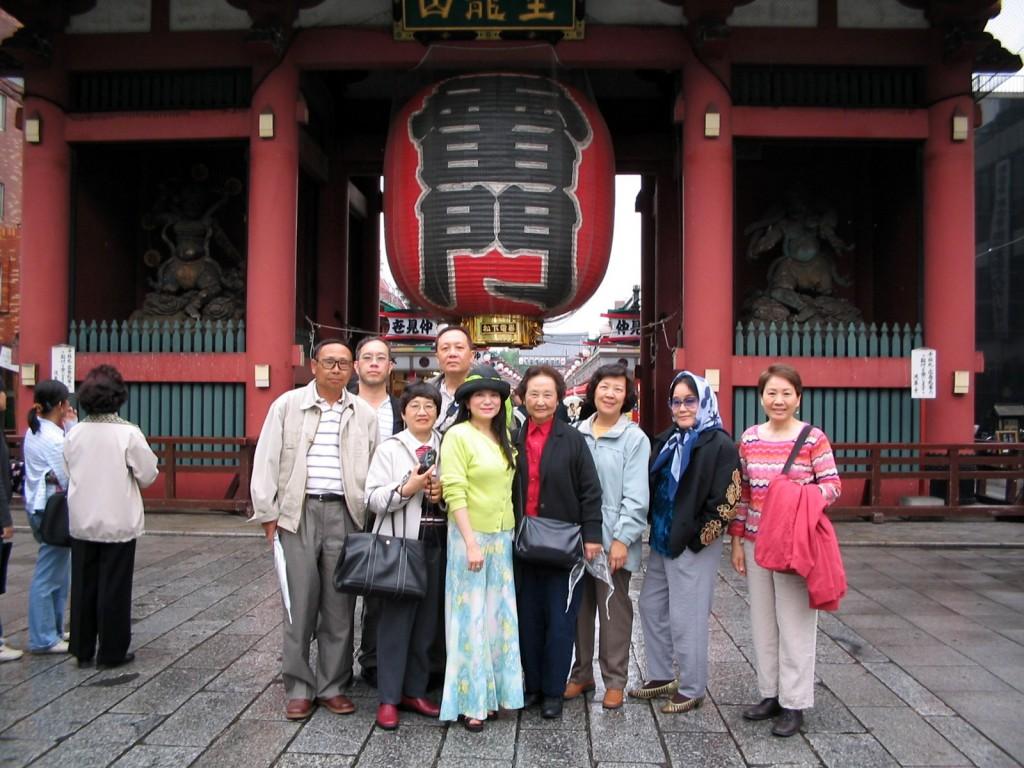 張鳳與黃美之(前排左三與左四)前往日本演講合影。