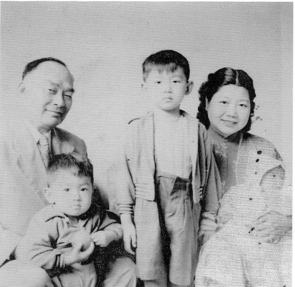 1953年胡將軍全家福, 圖中嬰兒為作者胡為美。