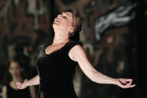 """倫敦小交響樂團灌製的""""悲歌交響曲""""唱盤中,三個樂章全部由美國女高音歌唱家鄧•阿普秀(Dawn Upshaw)演唱"""