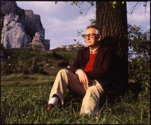 """一九三三年出生的當代波蘭作曲家亨裡克•戈雷茨基(Henryk Gorecki),二零一零年十二月十二日與世長辭。他的第三交響樂,又名""""悲歌交響曲"""",十年來連續佔據古典音樂和現代音樂榜首。"""