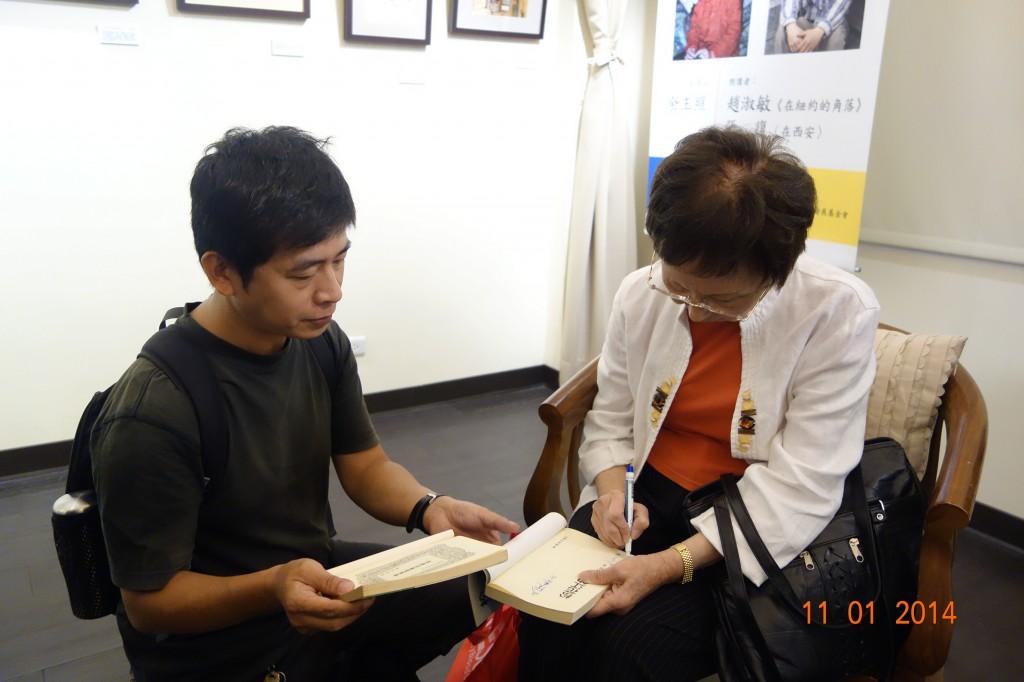 趙淑敏為讀者簽書