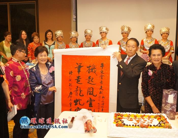 右起周愚夫婦,左起副會長彭南林、會長陳十美。