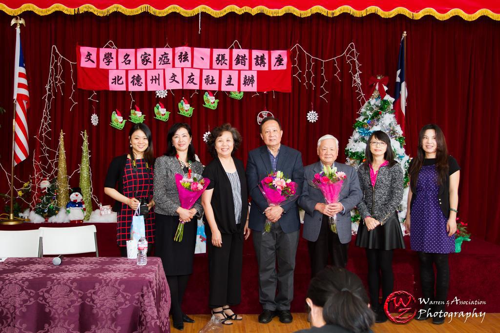 獻花後合影 (右三)瘂弦, (右四)張錯, (右五) 陳玉琳會長, (左六)王曉蘭, (右一)瘂弦女兒王景苹