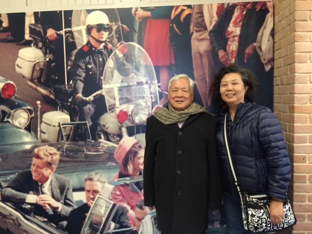 瘂弦與陳玉琳合影於甘迺迪紀念館前