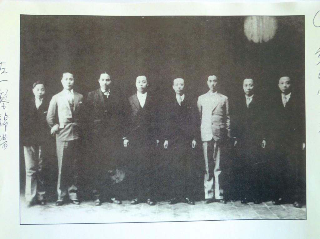 黎家八兄弟合照,左邊最小的就是老么黎錦揚。