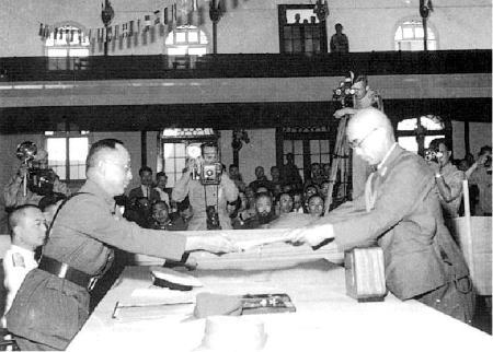 何應欽(左)在南京代表中國政府接受侵華日軍總參謀長小林淺三郎遞交的投降書