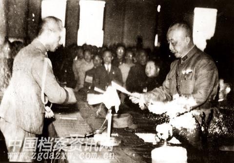 台灣省主席。陳儀(右) 接受日本台灣總督安藤利吉投降書簽字。 林文奎中校 (右 2) 1945.10.25 台北公會堂 (今中山堂)
