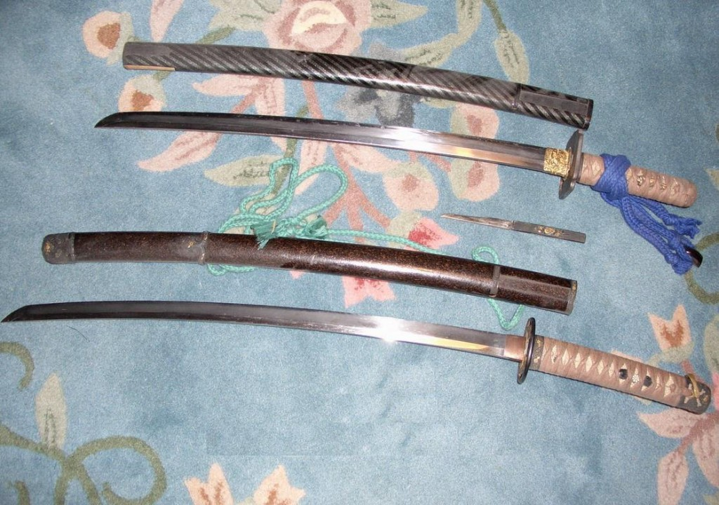 """寶刀二柄, (下) """"明夷""""刀,鞘 及 小柄,  (上) """"殷鑒"""" 刀,鞘"""