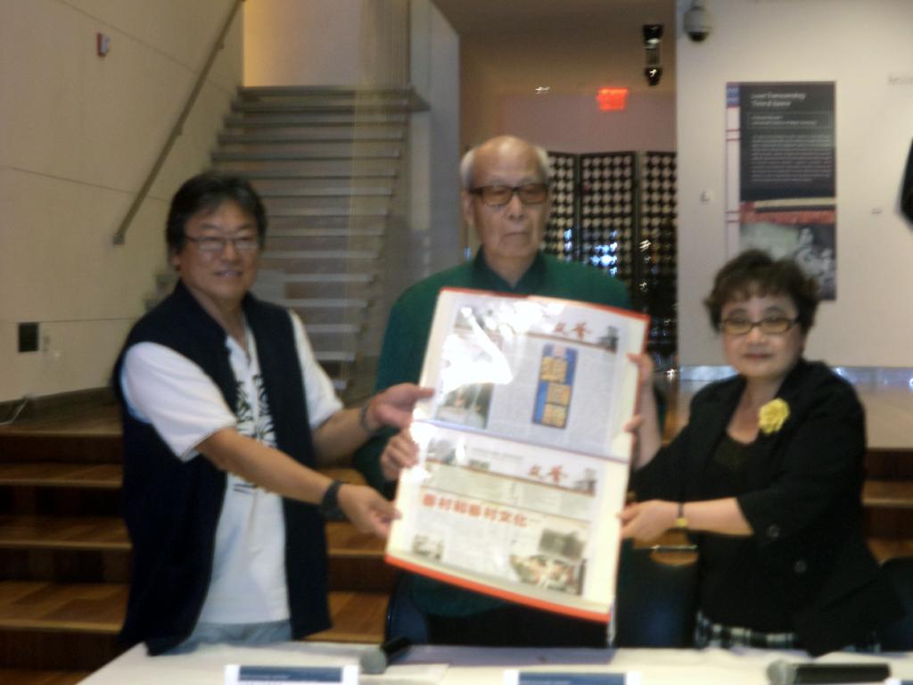 趙俊邁會長捐贈文薈雜誌,由紐約文化中心主任游淑靜受贈