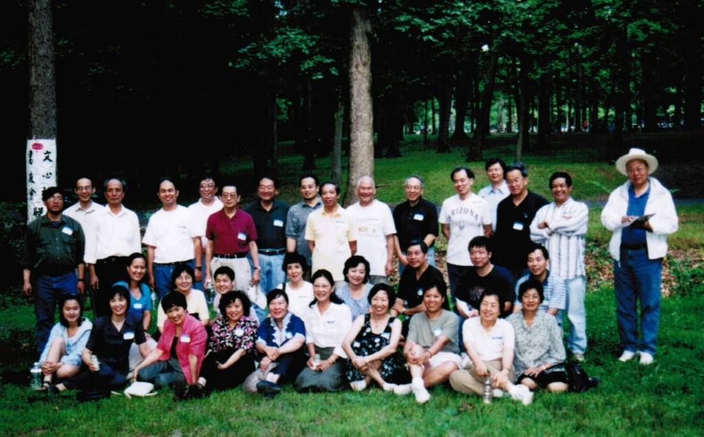 2001年6月書友會、文心社聯誼活動(前排右四孟絲老師,後排右一王教授))