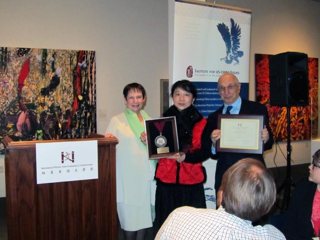 朱天文與捐贈紐曼華語文學獎的紐曼夫婦合影。(石麗東攝)
