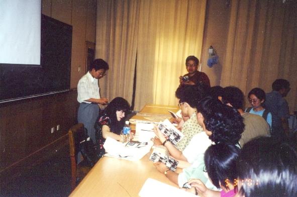 作者在北京大學演講簽書