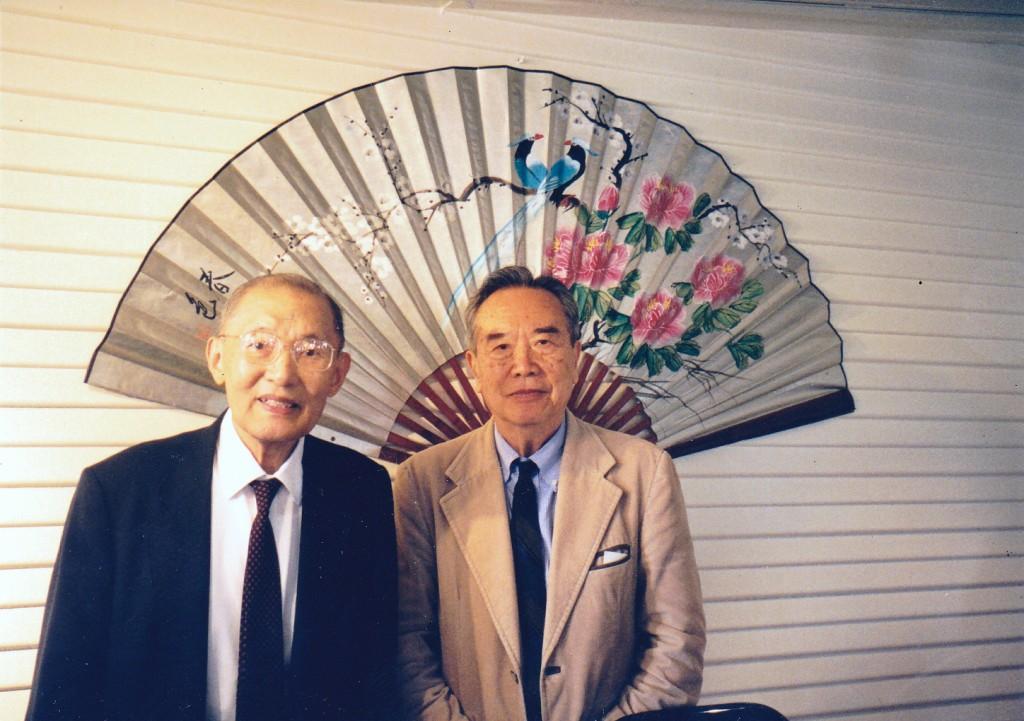 左起唐鑫源博士、鹿橋(吳納孫教授)1999年合影于休士頓  (石麗東攝影)。