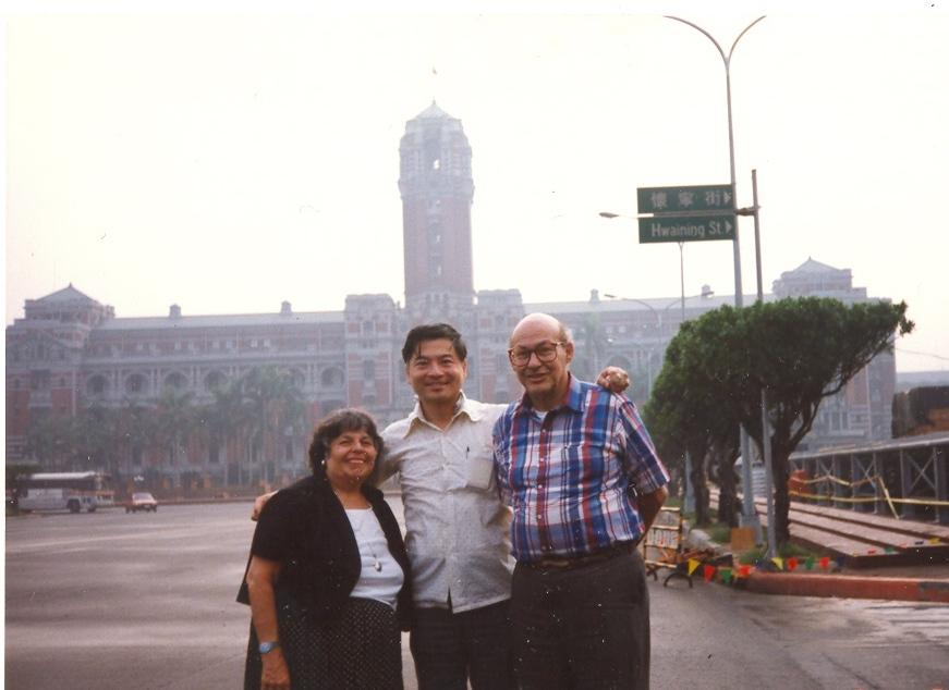 作者陪同明斯基教授與 Gloria 夫婦遊覽台北總統府