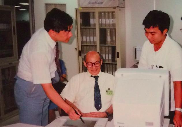 作者(左)與明斯基教授(中)參觀人工智慧實驗室