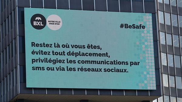 爆炸發生後,布魯塞爾市內廣告牌告誡民眾「留在原地,避免走動,優先使用簡訊和社交網絡聯繫」(photo by Miguel Discart on Flickr)