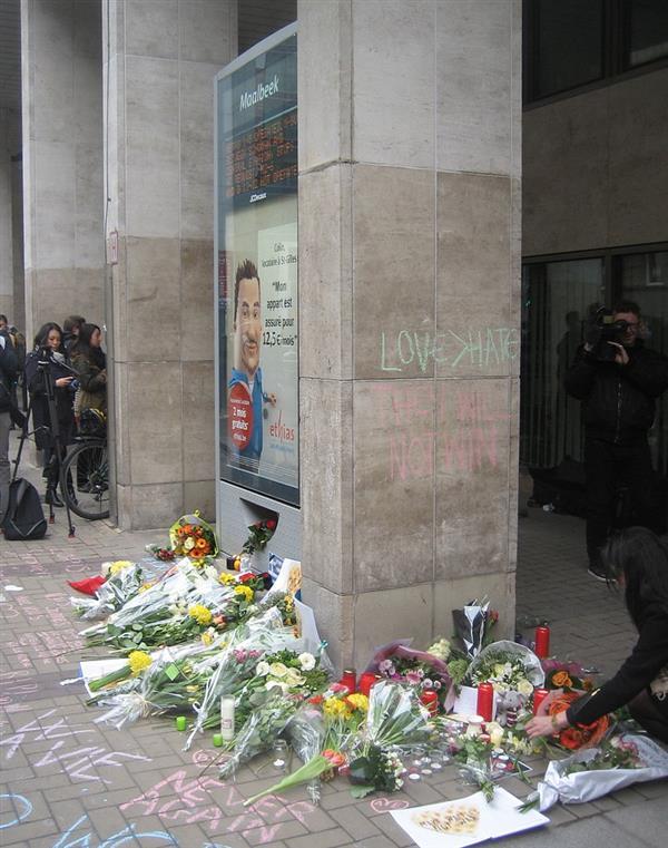 3月24日,人們在馬爾貝克站入口獻花悼念逝者,並留言「愛>恨」「逝者安息」「悲劇不再重演」「他們不會勝利」等字樣(photo by Zinneke )