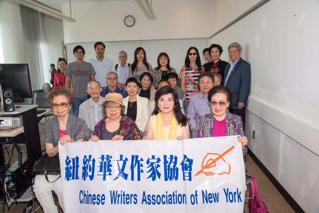 張鳳(前右二)與參加演講會的部分文友