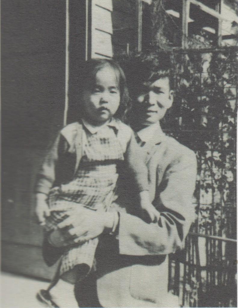 1954年,殷海光抱著我在松江路房子門口。