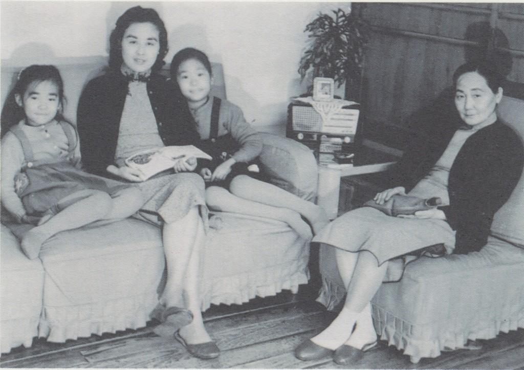 1956年,右起,外婆,姐姐王曉薇、母親聶華苓、王曉藍。